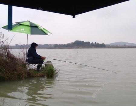 漫天风雨全湿透,扬竿与天斗!