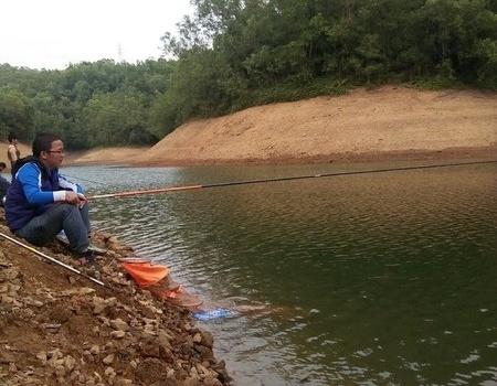 好久没钓鱼了,雨中狂拉 龙王恨饵料钓鲮鱼
