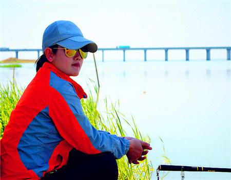 钓鱼人老婆必看帖——夫妻游钓全中国之《征战斧头湖》 蚯蚓饵料钓鲫鱼